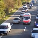 Így kellene biztonsági sávot hagyni a mentőknek baleset esetén – videó