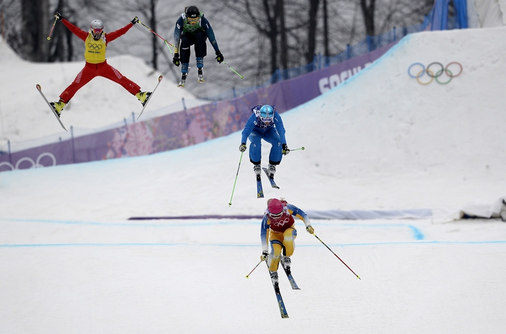 afp. Szocsi 2014 nagyítás - Skiers race in the Women's Freestyle Skiing Ski Cross Small Final at the Rosa Khutor Extreme Park during the Sochi Winter Olympics on February 21, 2014.