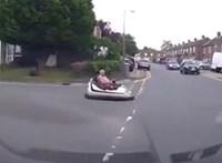 A nap videója: Dodzsemben ülve várta a sofőr, hogy bekanyarodhasson