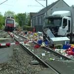 Italszállító kamion rohant egy vonatnak Zürich mellett, óriási volt a káosz – videó