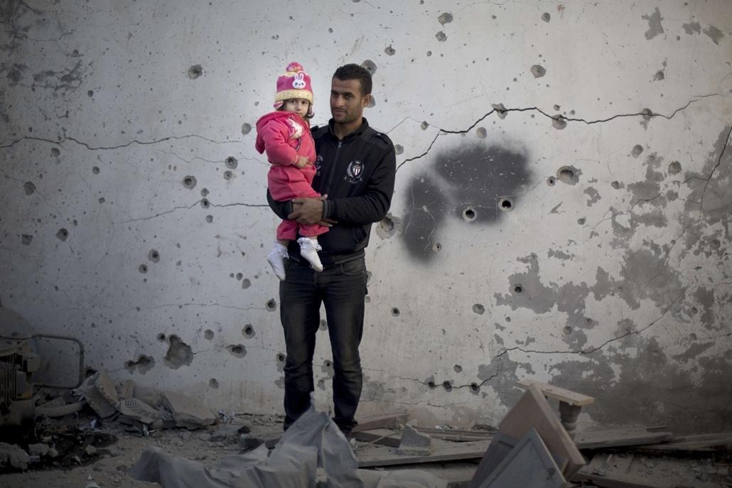afp. 0113-019 - hét képei - 2014.01.16. Gáza, palesztin férfi lányával
