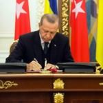 Majdnem lefejelte az asztalt a török elnök az ukrán elnök beszédét hallgatva