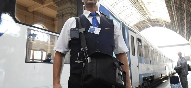 Amikor legközelebb felszáll a vonatra, nézze csak meg azt a kis dobozt a kalauzon