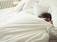 Miért nem tudunk idegen helyen jól aludni, és mit tehetünk ellene?