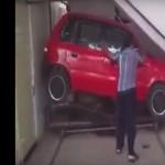 A világ legkisebb garázsában igazi extrém sport a parkolás – videó
