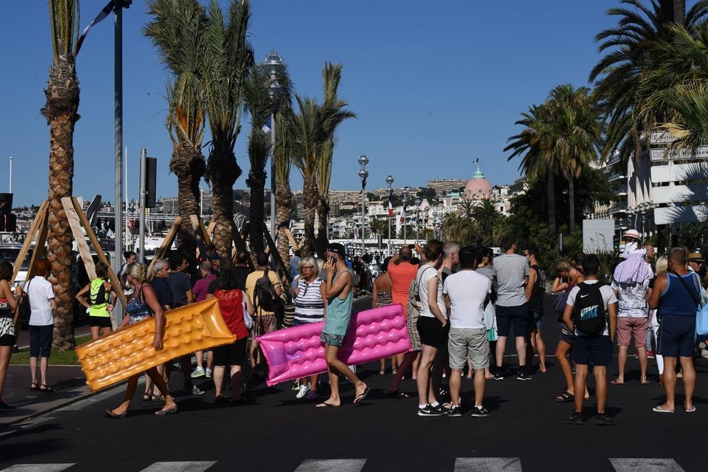 afp.16.07.15. - Nizza, Promenade des Anglais: terrortámadás másnapján, matrac, strand, Nizza, terrortámadás, kamion