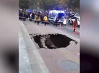 Váratlanul beszakadt az egész járda egy nő alatt Kínában - videó