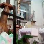 Videó: Élőben közvetítette a misét egy olasz pap, de bekapcsolva maradtak az effektek
