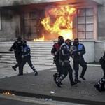 Molotov-koktéllal dobálták az albán miniszterelnöki hivatalt és a parlamentet a tüntetők