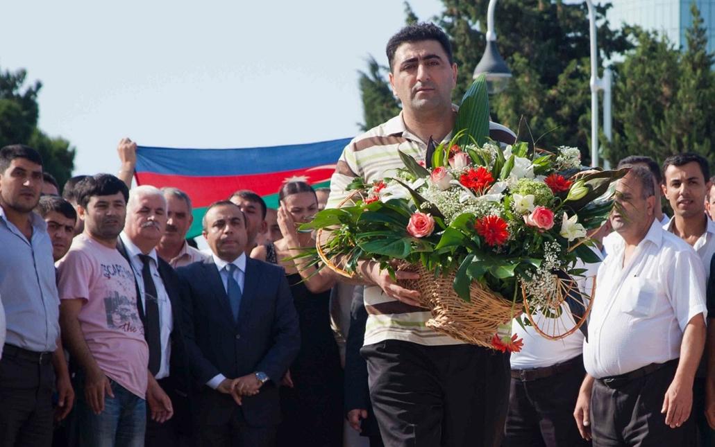 Ramil Safarov - Safarov koszorúz Bakuban - Az azeri baltás gyilkosként elhíresült Ramil Safarov megkoszorúzza a mártírok emlékművét Bakuban 2012. augusztus 31-én, miután hazaszállították Magyarországról Azerbajdzsánba 20120831x