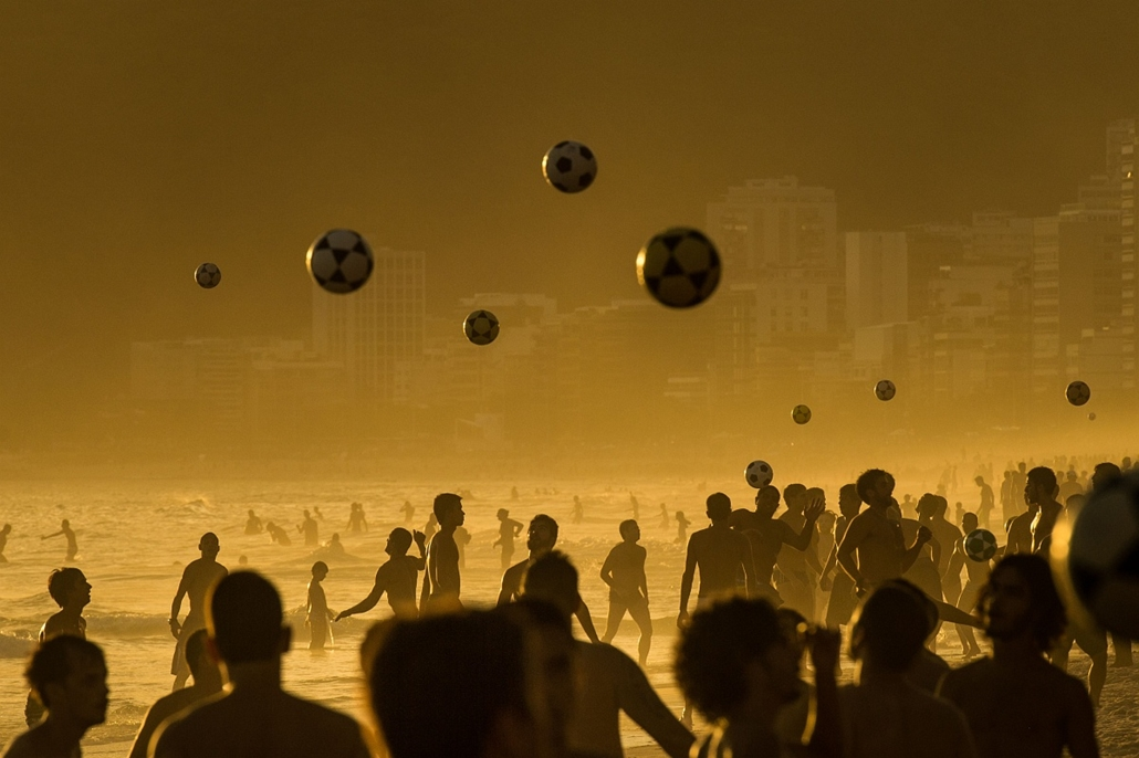 afp. az év sportfotói 2014. 2014.01.09. Rio de Janeiro, Brazília, People play football at sunset at Ipanema Beach in Rio de Janeiro, Brazil on January 9, 2014.