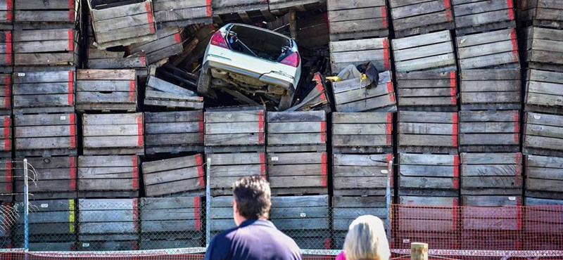 Kilenc méter magasan, zöldségesládák közt landolt egy autó