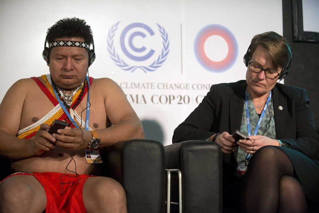 afp. hét képei - Lima, Peru 2014.12.09. The president of the National Coordination of Indigenous Peoples of Panama representing the Meso-American Alliance of People and Forests (AMPB), Mezua Candido Salazar (L) and Norway's Minister of Climate and Environ