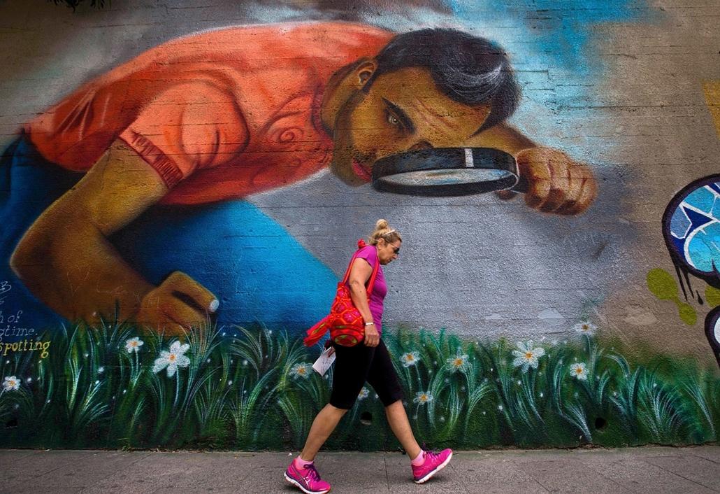 AP_! - máj.18-ig_! - Utcai falfestmény előtt halad el egy nő a libanoni fővárosban, Bejrútban. - 7képei