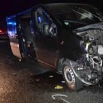 A sztrádára potyogtak az autók a balesetező trélerről - képek