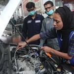 Ő itt Uzma – az első női autószerelő Pakisztánban