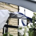 Dunai hajóbaleset: virágokat helyeztek el a dél-koreai nagykövetségnél