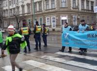 A portás vette át a kormányhivatalban a szegedi közszolgák petícióját