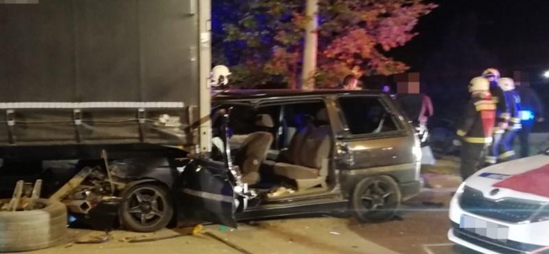 Rendőrautóval és kamionnal ütközött egy embercsempész