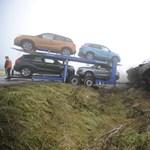 Árokba borult egy új autókat szállító teherautó a sűrű köd miatt