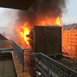 Negyvenöt tűzoltó oltja a Soroksári úti raktártüzet – fotó