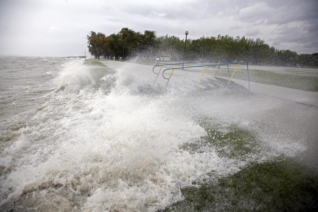 mti.14.05.15. - Balatonboglár: a vihar miatt kilépett medréből a Balaton - az erős északi szél miatt kiöntött a Balaton vize - Több Balaton-parti településen már elrendelték a védekezést a tó magas vízállása, az egyre erősödő széllökések miatt - Yvette