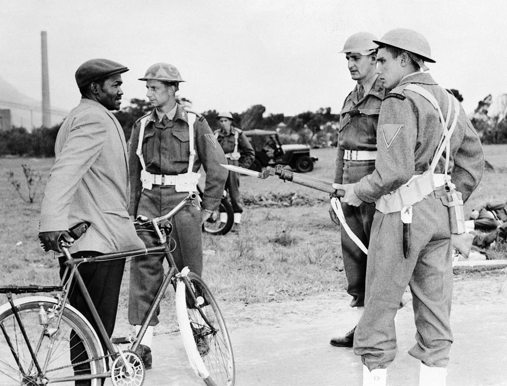 afp.1960. - Dél-afrikai rendőrök igazoltatnak egy feketét - Apartheid nagyítás