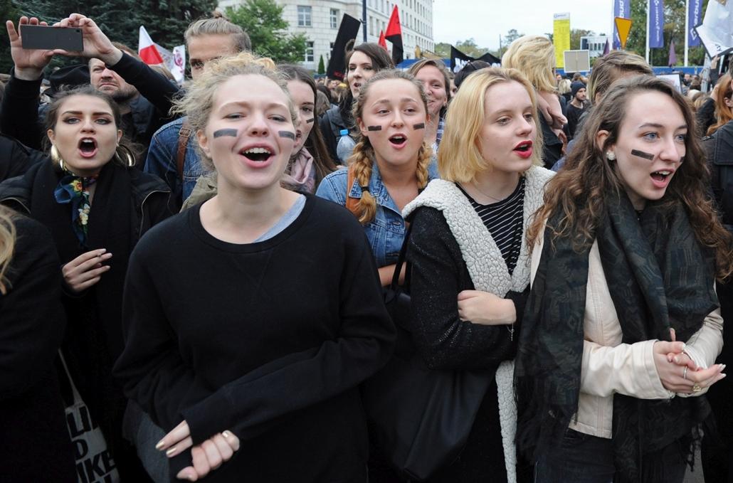 mti.16.09.22 . -  A teljes abortusztilalmat előirányzó törvénytervezet ellen tiltakoznak tüntetők a törvényhozás varsói épülete előtt 2016. szeptember 22-én.