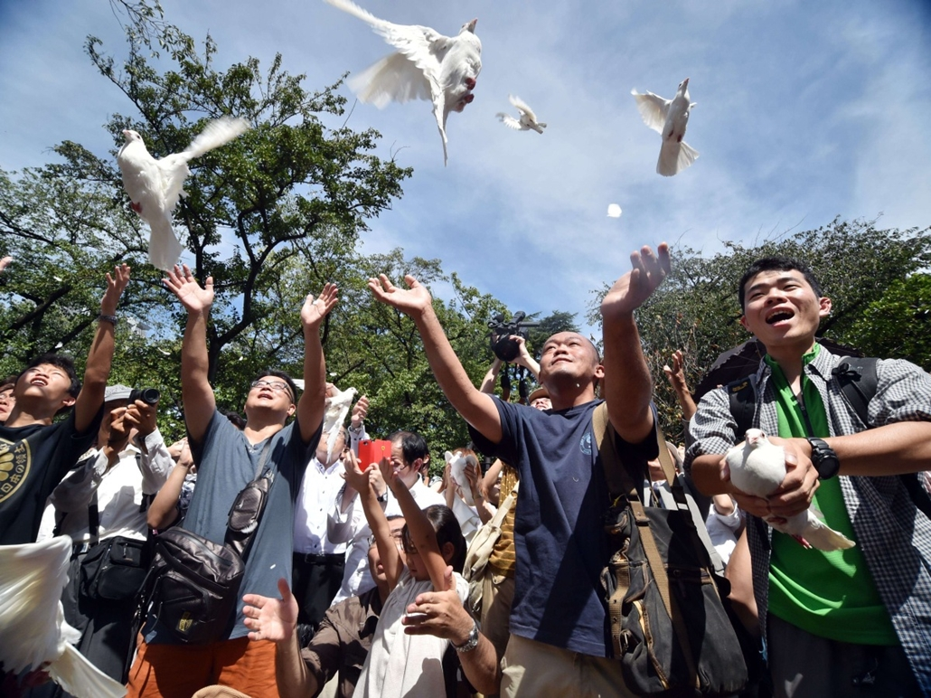 afp. Tokió, Japán, 2014.08.15. második világháború, People release white doves during a ceremony at the controversial Yasukuni shrine to honour the dead in Tokyo on August 15, 2014 as the country marks the 69th anniversary of Japan's surrender from World