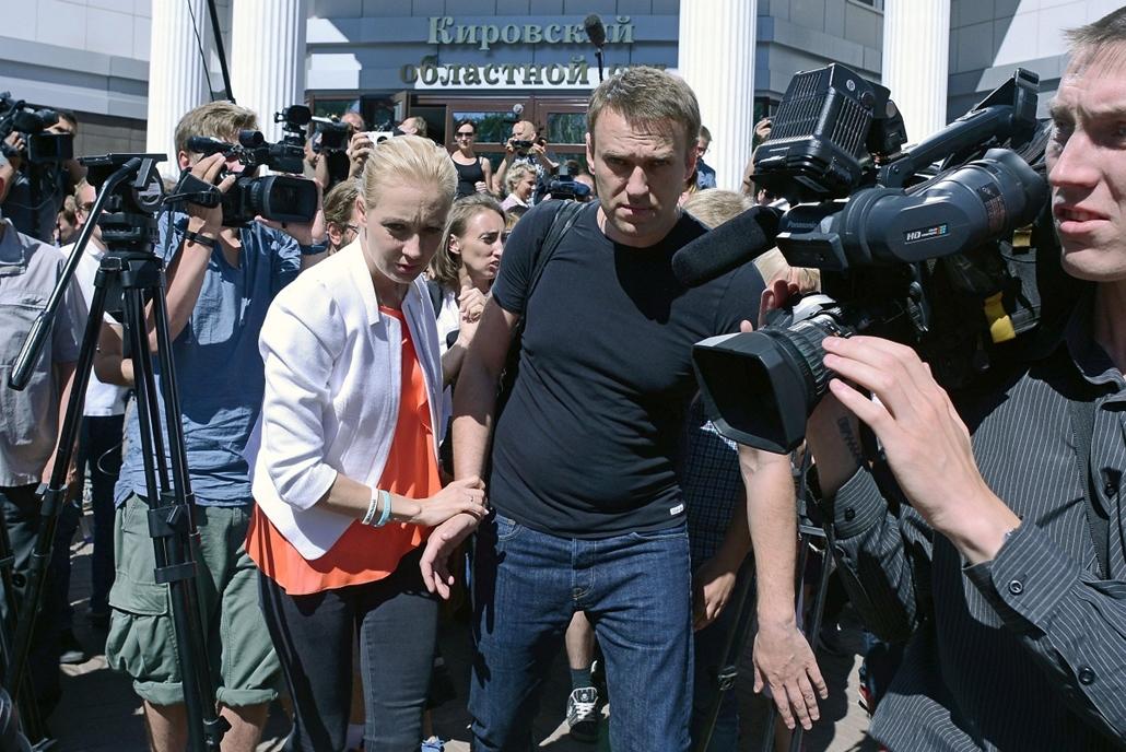 Navalnij szabadon bocsátása - Alekszej Navalnij, az orosz ellenzék egyik vezetője a felesége, Julija társaságában távozik egy kirovi bíróságról - A bíróság az előző nap sikkasztásért első fokon ötévi börtönre ítélte Navalnijt, majd az ügyészség indítványá
