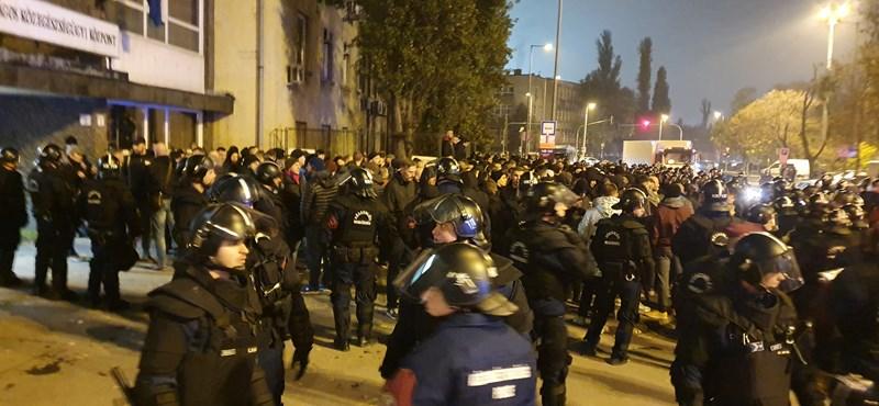 Orosz szurkolók törtek át a rendőrsorfalon az FTC-CSZKA előtt