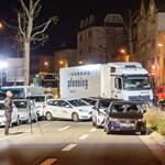 Lopott teherautóval hajtott kocsik közé egy szír férfi
