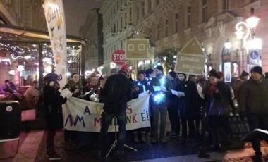 Énekeltek a hajléktalanokért a Bazilikánál, megjelentek a biztonsági őrök