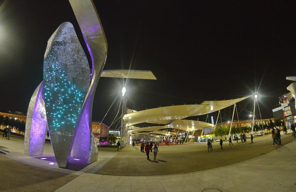 kka.15.05.0y. - Milánó, Olaszország: Világkiállítás - A 2015-ös Milánói EXPO mintegy másfél kilométer hosszú főutcájának kereszteződésében négy - a Lebeskind építészeti stúdió által álmodott - digitális térplasztika készteti megállásra a látogatót.