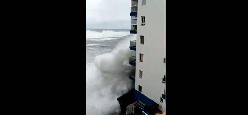 Videó: Lebontotta a tengerre néző erkélyeket a hullám Tenerifén