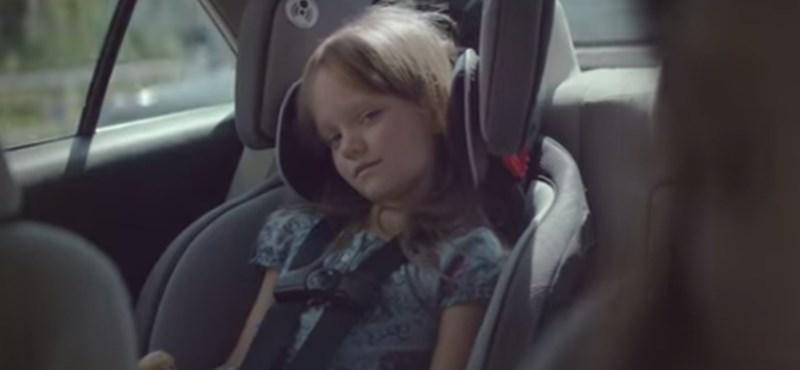 Retinába égő reklámmal figyelmeztetik az autósokat a kivédhető tragédiákra