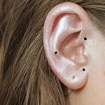 Rúzsokat és púdereket eldobni: megjött a fülsmink