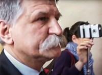 Kövér négy éve rezzenéstelen arccal tűrte a kérdéseket, majd minden újságírót kitiltott -–videó
