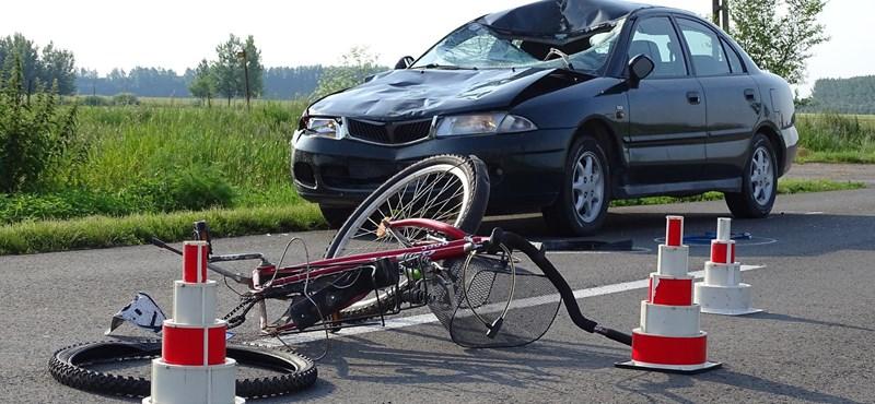 Elgázoltak két biciklist Mezőhegyesnél, az anya a helyszínen meghalt