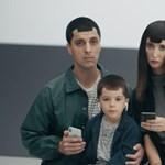 Beperli egy nő az Apple-t, mert notch van a telefon kijelzőjén