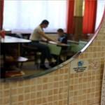 14 dolgozóból kilencnek pozitív a tesztje, mégsem zárják be az iskolát