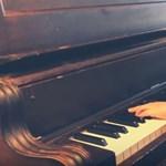 A net sztárja egy hétéves vak kisfiú, aki a Bohém Rapszódiát zongorázza
