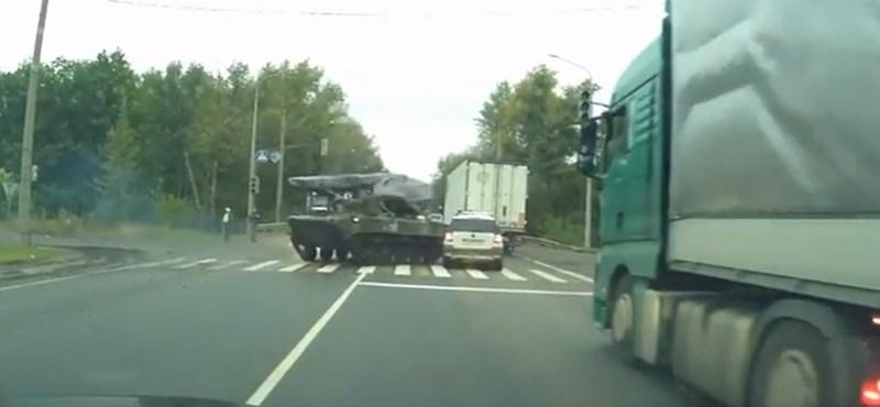 Vagány ez a harckocsival driftelés közúton, csak közben rommá tört egy Skodát – videó