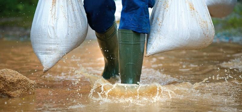Utakat, házakat öntött el a víz Bonyhádnál
