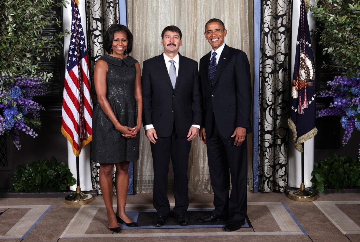 Fotó: így pózolt Áder az Obama-házaspárral