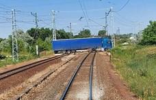 Egy ittas sofőr megpróbált átmenni a síneken a kamionjával