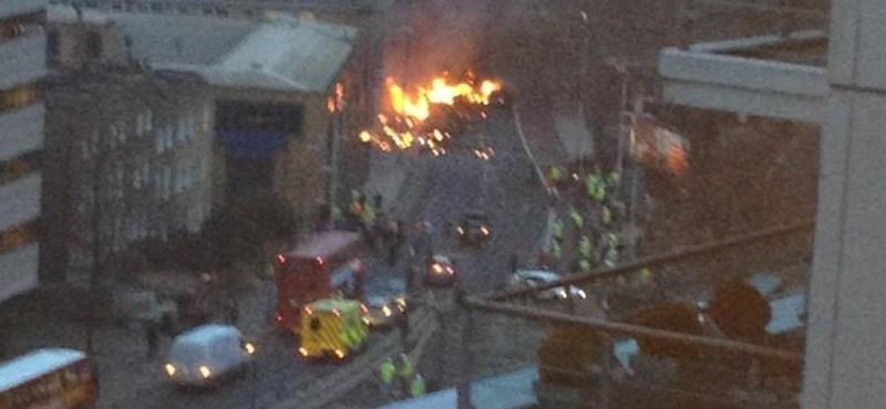 Videó: a pilóta és egy járókelő halt meg a londoni helikopterbalesetben