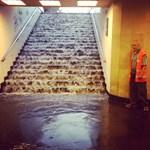 Vízlépcsőn ömlött be az eső a Deák téri aluljáróba – fotó