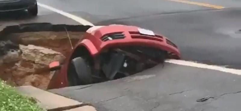 Egyszer csak megsüllyedt a föld, és elnyelte a parkoló autót - videó
