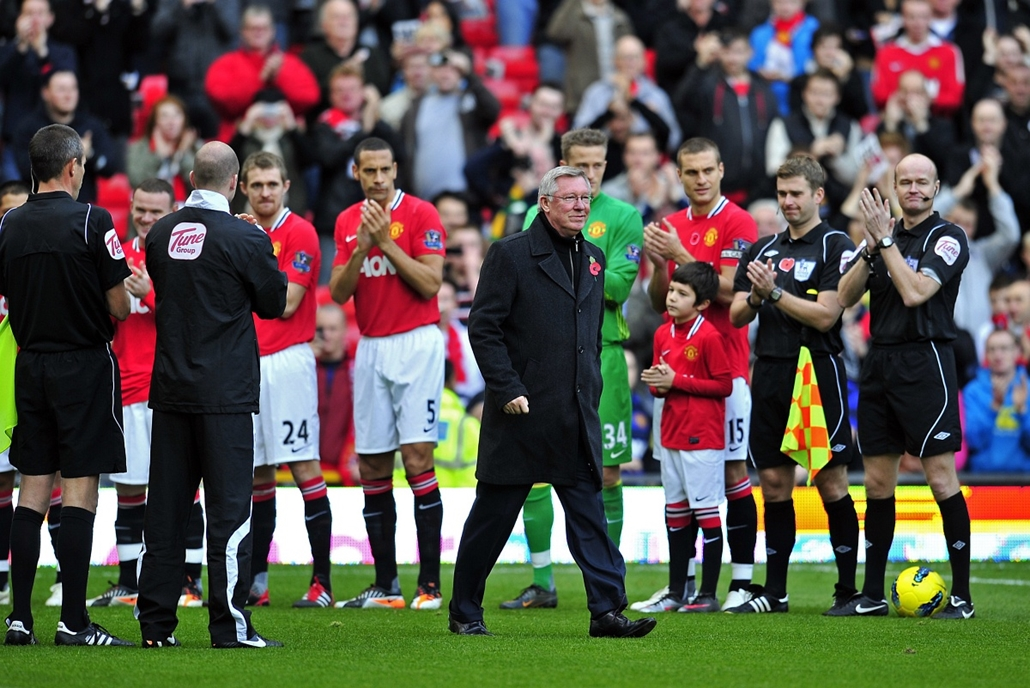 Alex Ferguson nagyításhoz - UNITED KINGDOM, Manchester : Players and officials give Manchester United's Scottish manager Sir Alex Ferguson a guard of honour as he celebrates his 25 years in charge before the English Premier League football match between M